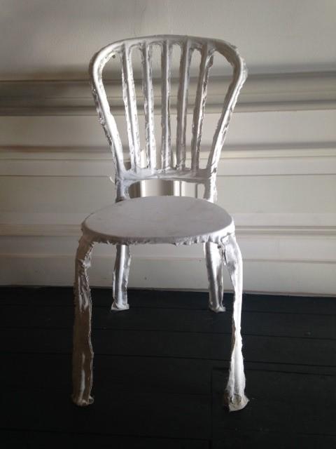 Object decoratief stoel bekleed met stof en spelden wit geschilderd