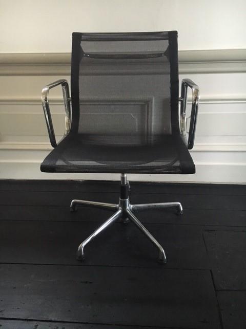 Chair Eames EA107 draaibaar, chroom en zwart netstof